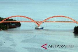 Presiden Jokowi tinjau proyek pembangunan Jembatan Holtekam