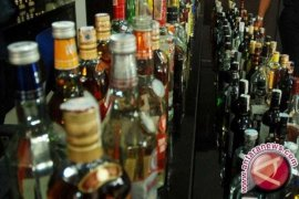 Satgas Pamtas gagalkan selundupan ratusan botol minuman keras ilegal di Sekayam