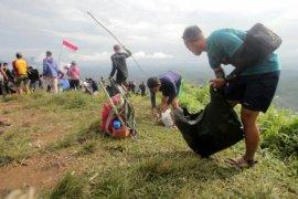400 aktivis wisata bersihkan Bukit Jamur