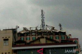 Telkom kesulitan evakuasi menara gosong di atap Novita