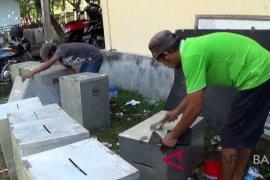 KPU Jembrana pekerjakan warga bersihkan kotak suara