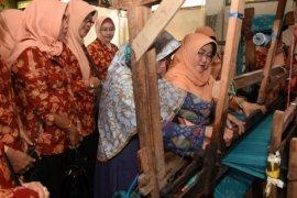 Dharma Wanita Kediri Promosikan Kain Tenun Ikat