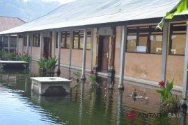 Disdikpora naikkan pondasi sekolah terendam air danau