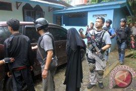 Keluarga terduga teroris dibawa ke Polda Jatim
