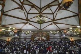 Ribuan Umat Islam laksanakan Tarawih di Bandung