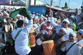 Ribuan warga tumpah ruah pada arak-arakan ziarah Kubro Page 5 Small