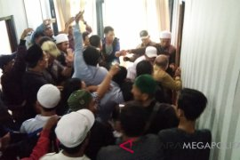 Dua pengeroyok anggota DPRD Karawang tidak ditahan
