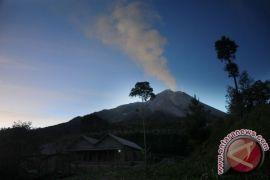 Masyarakat jangan panik terkait letusan Merapi