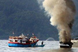 Kapal penangkap ikan terbakar