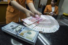 Dolar jatuh ke level terendah, yuan melonjak di pasar luar negeri