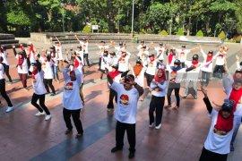 Peringati Harganas, Ratusan Remaja 'Flash Mob' di Taman Bungkul