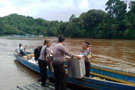 Personel Polda Kalbar kawal distribusi logistik pilkada