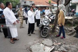 Risma Tinjau Kawasan Surabaya Tanpa Saluran Air