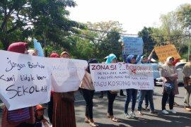 Wali Murid di Surabaya Demo Tuntut Transparansi Pagu SMA/SMK
