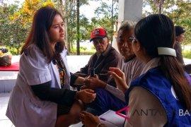 Tim medis periksa kesehatan pengungsi Gunung Agung