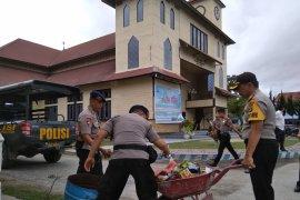 Peringati HUT bhayangkara, polisi bersihkan rumah ibadah