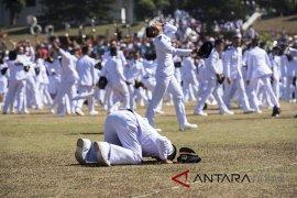 Presiden Jokowi kalungkan penghargaan kepada lulusan IPDN terbaik