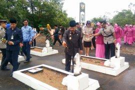 Wabup Sanggau tabur bunga di TMP