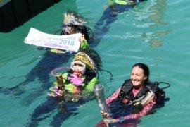 10 penyelam bawa obor melintasi Laut Raja Ampat