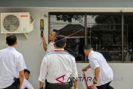 Petugas geledah kamar tahanan Lapas Nyomplong