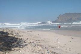 Ombak Tinggi, Kunjungan Wisatawan ke Pantai Papuma Menurun