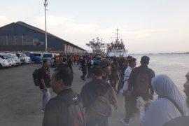 Puluhan tim evakuasi tunggu korban kapal terbakar