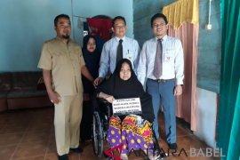 Dinsos Bangka Barat salurkan bantuan kursi roda