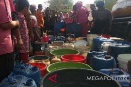 BPBD Karawang setiap hari menyalurkan air bersih