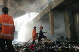 Sebuah gudang limbah di Karawang hangus terbakar