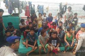 Korban kapal tenggelam tiba di pelabuhan Dobo