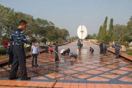 Membersihkan Taman Makam Pahlawan