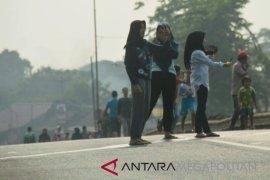Warga swafoto di lintasan sepeda jalur Pantura
