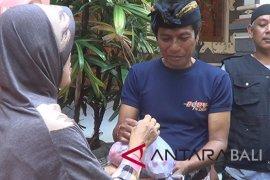 Muslim Tabanan bagikan daging kurban kepada warga nonMuslim (video)