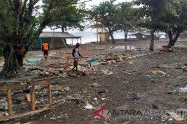 Puluhan kapal nelayan rusak diterjang gelombang pasang