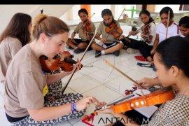 Orkestra Ocas workshop musik di IAKN Ambon