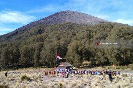 Jalur pendakian Semeru ditutup saat peringatan Hari Raya Karo