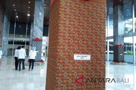 Pilar-pilar Gedung Parlemen dihiasi motif batik Bali