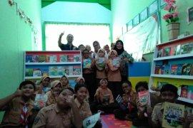 "SD ""Anak Emas"" Denpasar terima hadiah ""Taman Bacaan"" (video)"