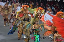 Pengelola bandara tampilkan Jember Fashion Carnaval
