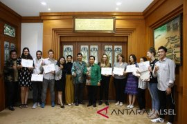 16 foreign students say goodbye to mayor