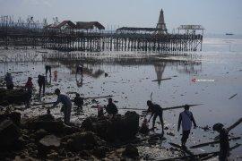 Bersihkan Pantai Wisata