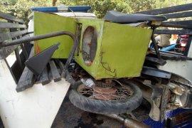 Dumptruck terguling menimpa angkot di Bogor