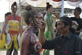 "Mahasiswa asing antusias ikuti ""body painting"" PNDF (video)"