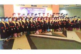 IKIP PGRI Pontianak mewisuda 840 mahasiswanya