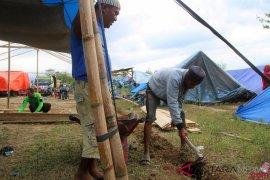 Warga Sigi Gotong-royong Bangun Mushalla di Pengungsian