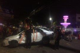 Mobil Corolla Tabrak Bundaran Air Mancur di Surabaya (Video)