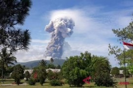 Gunung Soputan meletus