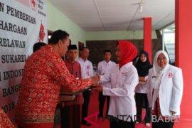 PMI Bangka berikan piagam penghargaan kepada 120 sukarelawan