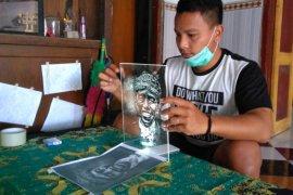 Seniman Trenggalek Raup Jutaan Rupiah dari Lukisan Berbahan Akrilik