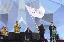 Anies Baswedan serahkan bendera Asian Para Games
